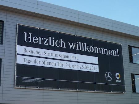 Schilder und Werbebanner. Schild Beispiel Banner an einem Gebäude.